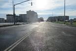 Улица с чистым небом и полным набором дорожной инфраструктуры