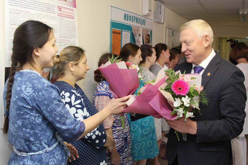 Роженицы Каменска-Уральского принимали поздравления