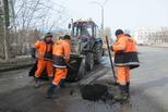 Ямочный ремонт проблемных участков городских дорог продолжается